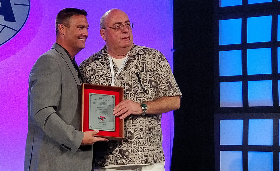SMACNA President Joseph Lansdell (left) gives the Contractor of the Year Award to Milt Goodman.